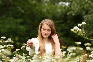 Fotoshoot tussen de bloemen, fluitenkruid, model tussen de bloemen, bloemen plukken, cecielripfotografie