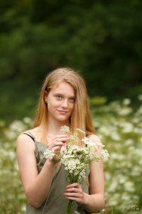 fotoshoot tussen de bloemen, fluitekruid, veldje bloemen, cecielripfotografie