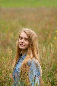 model in veldje bloemen, veldje grassen, kleurige grassen, cecielripfotografie